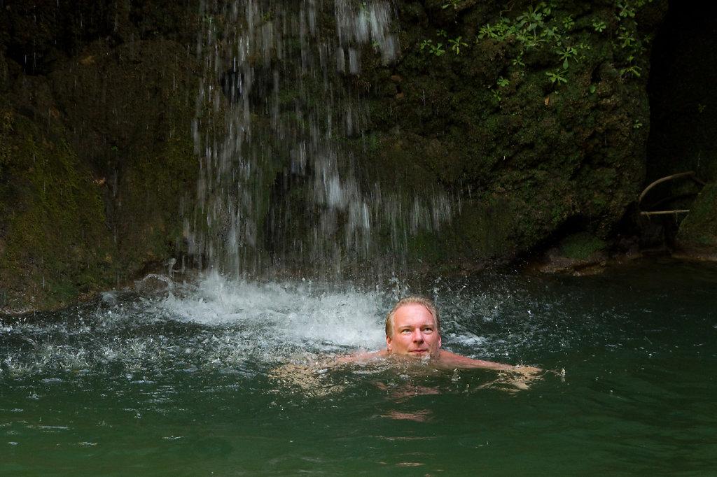 Erfrischung unterm Wasserfall